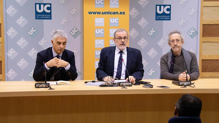 Ernesto Anabitarte, Ángel Pazos y Alberto Ruiz durante la rueda de prensa en el Paraninfo de la UC.