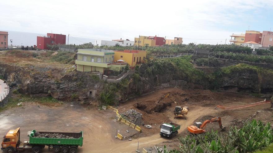 En la imagen, trabajos de acondicionamiento de nuevos aparcamientos.