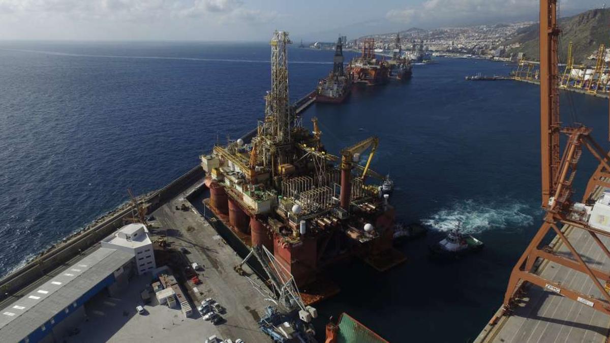 Plataforma petrolífera en el puerto tinerfeño.