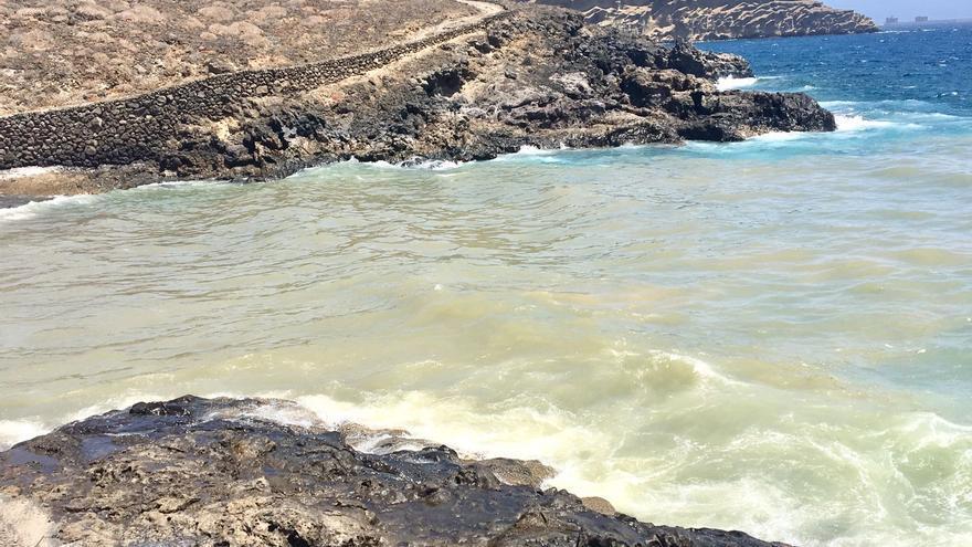 Estado del mar tras el último vertido contaminante en la zona de Montaña Pelada, en Granadilla