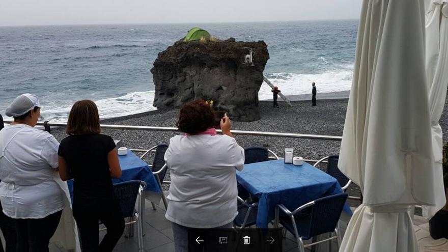 Los turistas contemplaron el 'rescate' del peñón. Foto: BOMBEROS LA PALMA.