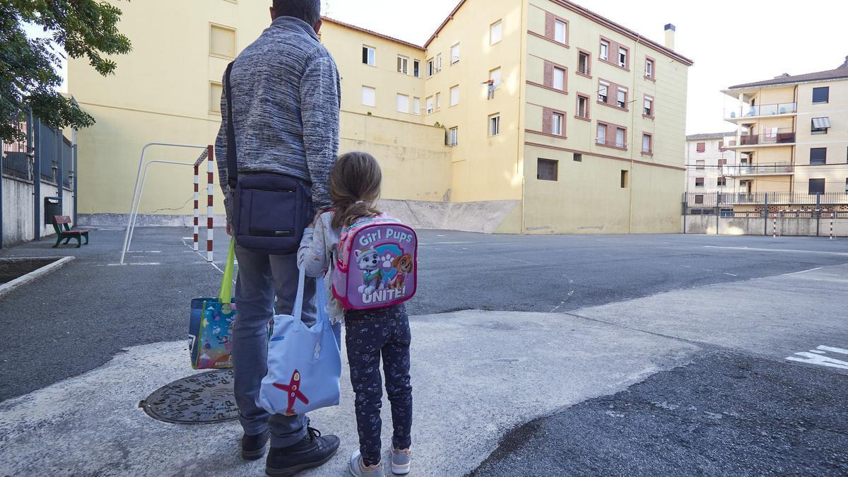 Archivo - Un padre frente a las puertas del Colegio Público Víctor Pradera en el primer día de colegio del curso escolar 2020-2021en Pamplona, Navarra (España), a 4 de septiembre de 2020.