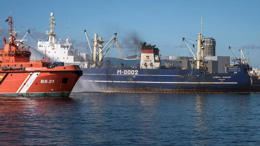El remolcador 'Miguel de Cervantes' refresca desde fuera la bodega del buque 'Admival Sahabalin' (EFE/Ángel Medina G)