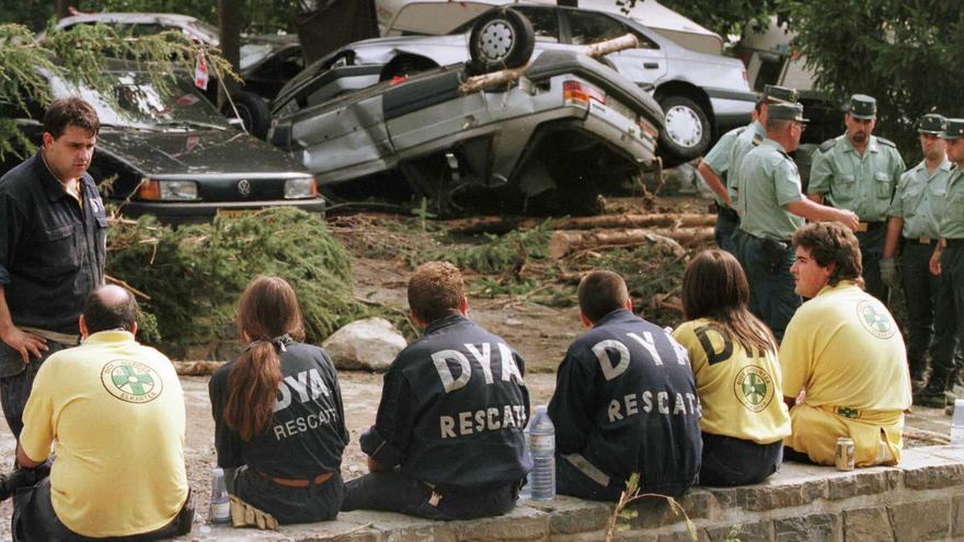 Voluntarios de la DYA de Vitoria, en las labores de rescate del camping Las Nieves de Biescas (Huesca)