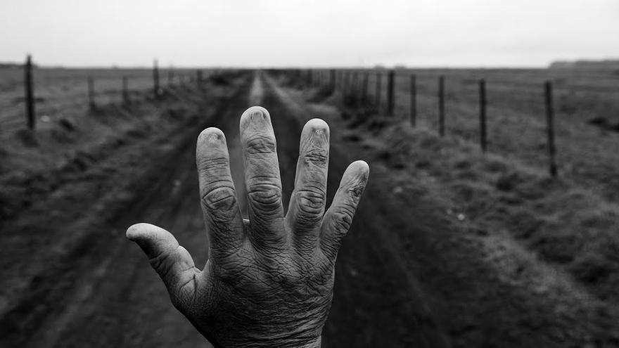 Alfredo Cerán trabajó durante nueve años como fumigador, tratando con productos químicos las plantaciones de soja. Se le quemaron las uñas. Los resultados de sus análisis de sangre muestran residuos de sustancias como el glifosato.| Foto: Pablo E. Piovano