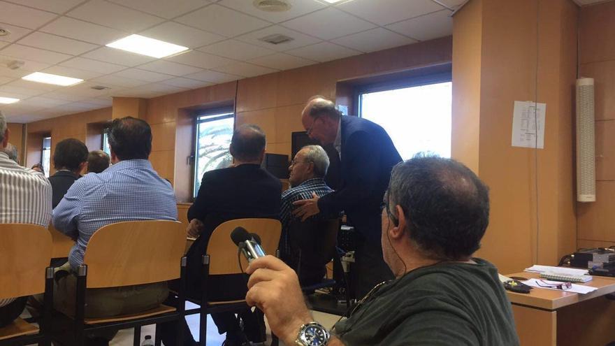 Jerónimo Delgado saluda a Ignacio González, a quien dijo no conocer en su declaración ante los jueces.