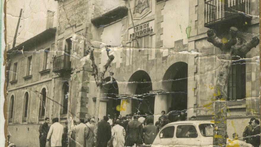 Concentración durante el 1º de mayo de 1969 a la puerta de la Prisión Provincial de Santander. | DESMEMORIADOS