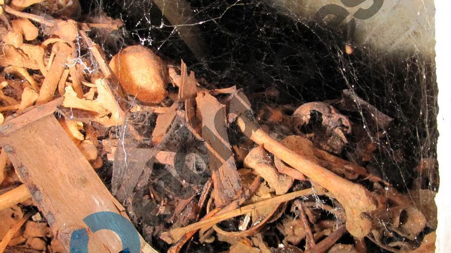 Acumulación de huesos en un columbario, amontonados unos encima de otros