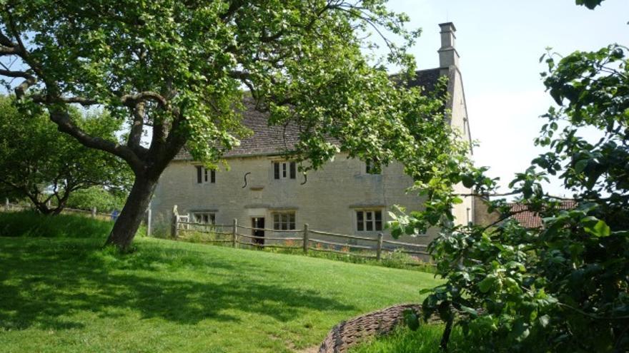 En Woolsthorpe Manor (Lincolnshire, Reino Unido) están la casa familiar y el manzano de Isaac Newton.