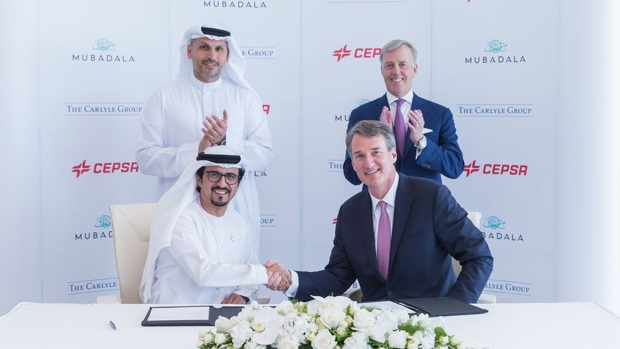 Musabbeh Al Kaabi, CEO de la plataforma de petróleo y petroquímica de Mubadala, saluda a Glenn Youngkin, de The Carlyle Group.