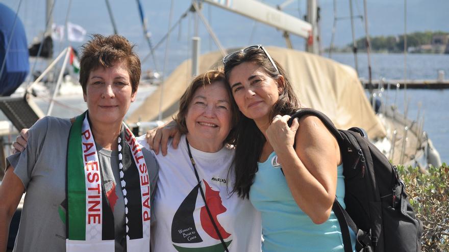 Jeannette Escanilla (i), Mairead Maguire (c) y Sandra Barrilaro (d), participantes de Mujeres rumbo a Gaza, en Messina.   Imagen cedida a eldiario.es.