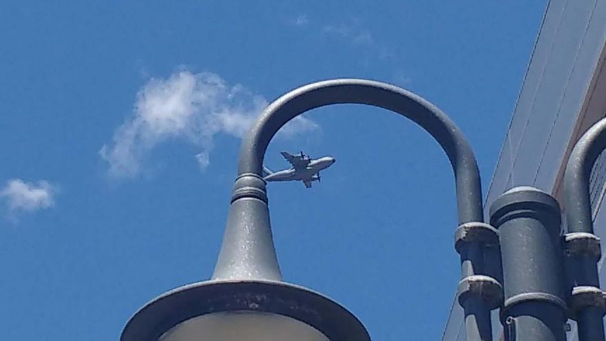 El avión, este viernes, visto desde Santa Cruz de La Palma. Foto:  JOSÉ A. AROZENA