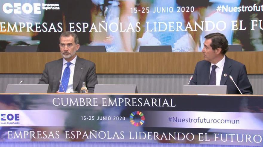 El rey Felipe VI junto al presidente de la CEOE, Antonio Garamendi, en la cumbre empresarial 'Empresas españolas liderando el futuro'