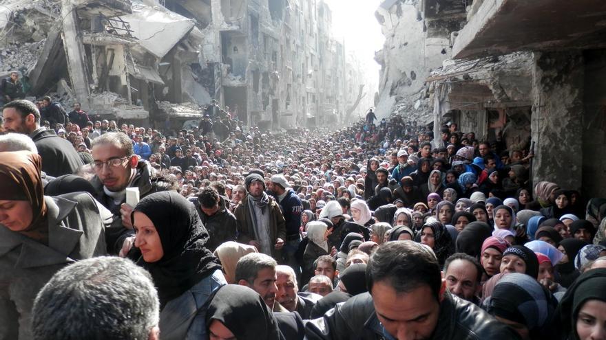 Largas colas de sirios esperando para recibir comida en el campamento de Yarmouk, cerca de Damasco © unrwa.org