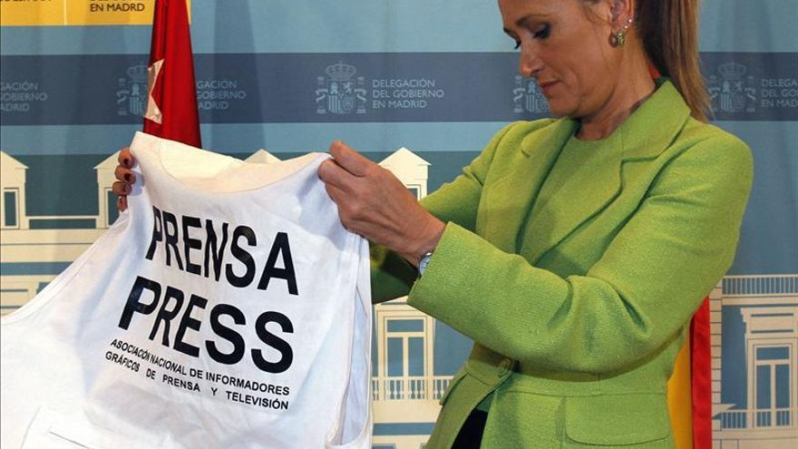 La delegada del Gobierno en Madrid, Cristina Cifuentes, con uno de los chalecos de prensa.