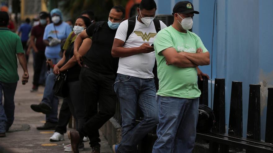 Un grupo de personas hace fila para ser atendido en el Instituto Hondureños de Seguridad Social (IHSS) en la zona de triaje para COVID-19 en Tegucigalpa.