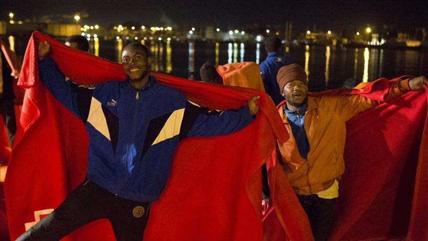 Rescatan a siete inmigrantes en una patera en el Estrecho