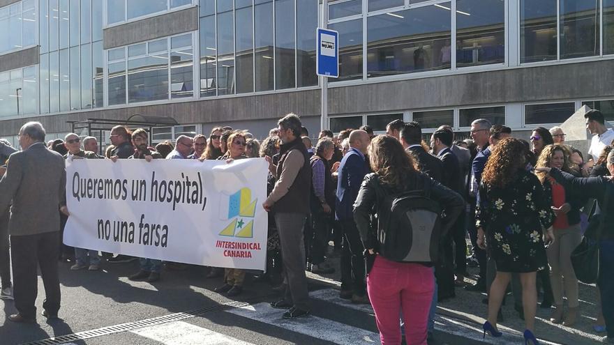 Pancarta de Intersindical Canaria por fuera del lugar de la concentración, este lunes en Buen Paso (Icod de los Vinos)