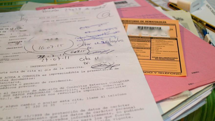 Documentos médicos. Uno de ellos, es el empleado por María y por sus médicos para ir anotando las nuevas citas. Al no tener tarjeta sanitaria, el sistema no les permite hacerlo de forma informatizada/ G. S.