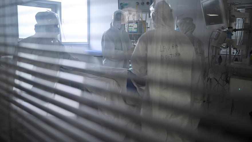 Cantabria reduce la incidencia a riesgo alto, pero aumenta la ocupación en las UCI