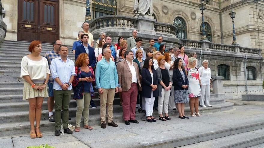Concentración de repulsa ante el Ayuntamiento de Bilbao por la última víctima de violencia de género.