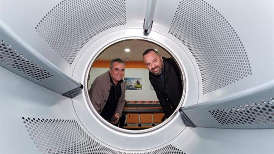 El concejal Jacinto Ortega y Francisco, el propietario del establecimiento, presentan la primera lavandería social en Las Palmas de Gran Canaria.