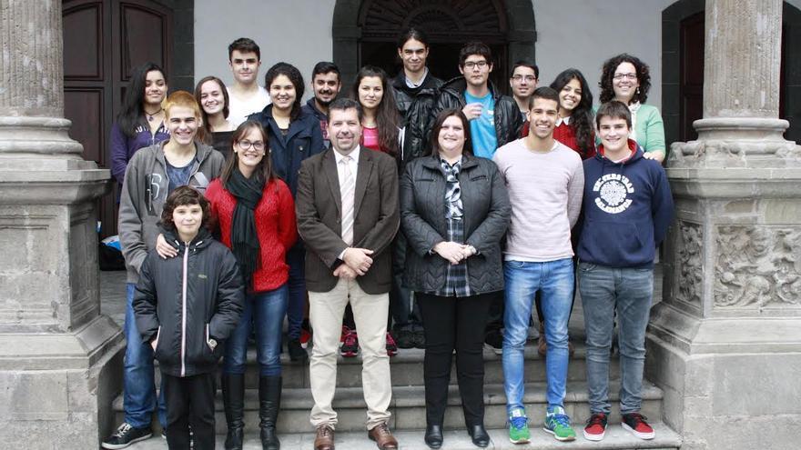 En la imagen, grupo de alumnos del IES Luis Cobiella Cuevas, en el atrio del Ayuntamiento, con el alcalde y dos concejalas.