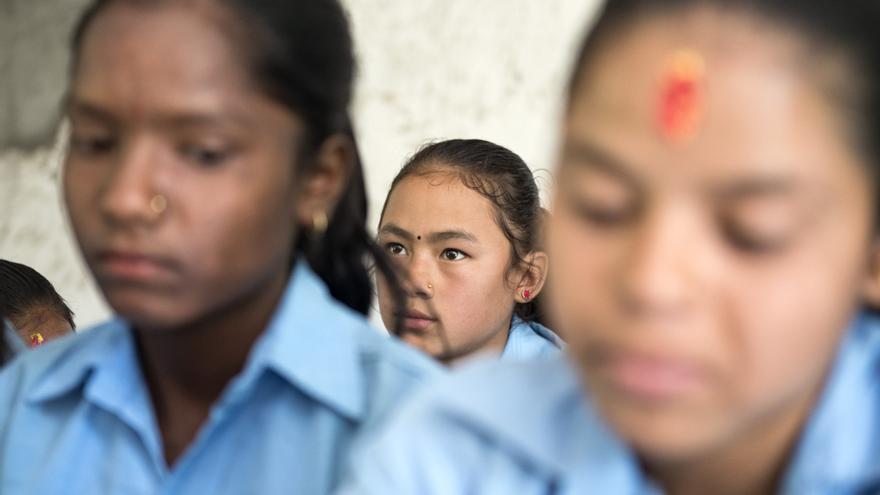 Jóvenes alumnas en la escuela de Lakshminagar, donde mujeres y varones están segregados dentro de la misma clase.