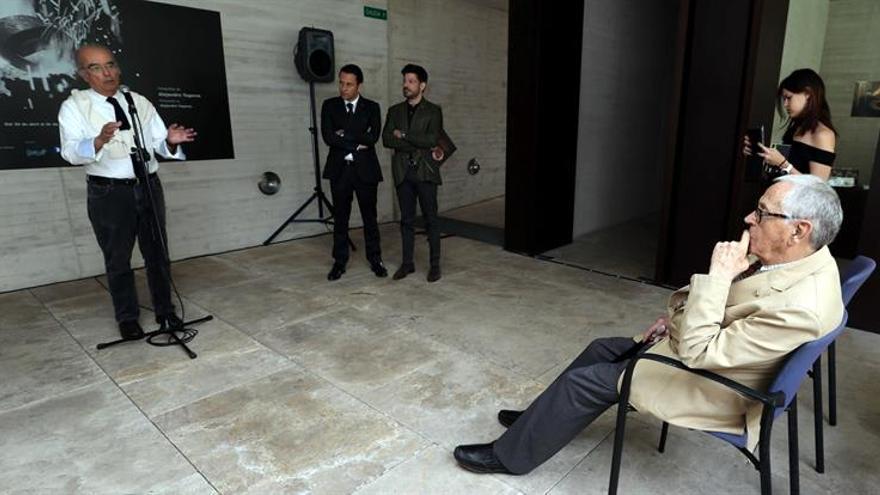 """El artista grancanario Martín Chirino (d) durante la presentación de la exposición de fotografías """"El herrero fabulador"""".EFE/Elvira Urquijo A."""
