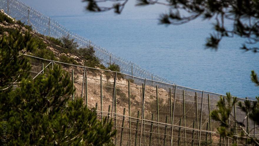 La frontera española de Melilla en primer plano, y unos metros más allá las concertinas, ya en territorio marroquí. /JOSÉ PALAZÓN