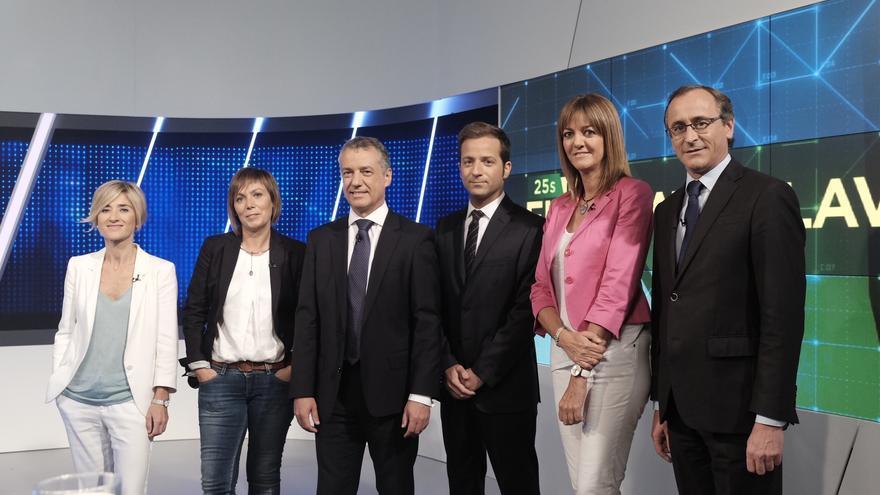 Los candidatos y candidatas a lehendakari posan junto al periodista Xabier G. Ramsden, antes del debate. /Foto ETB