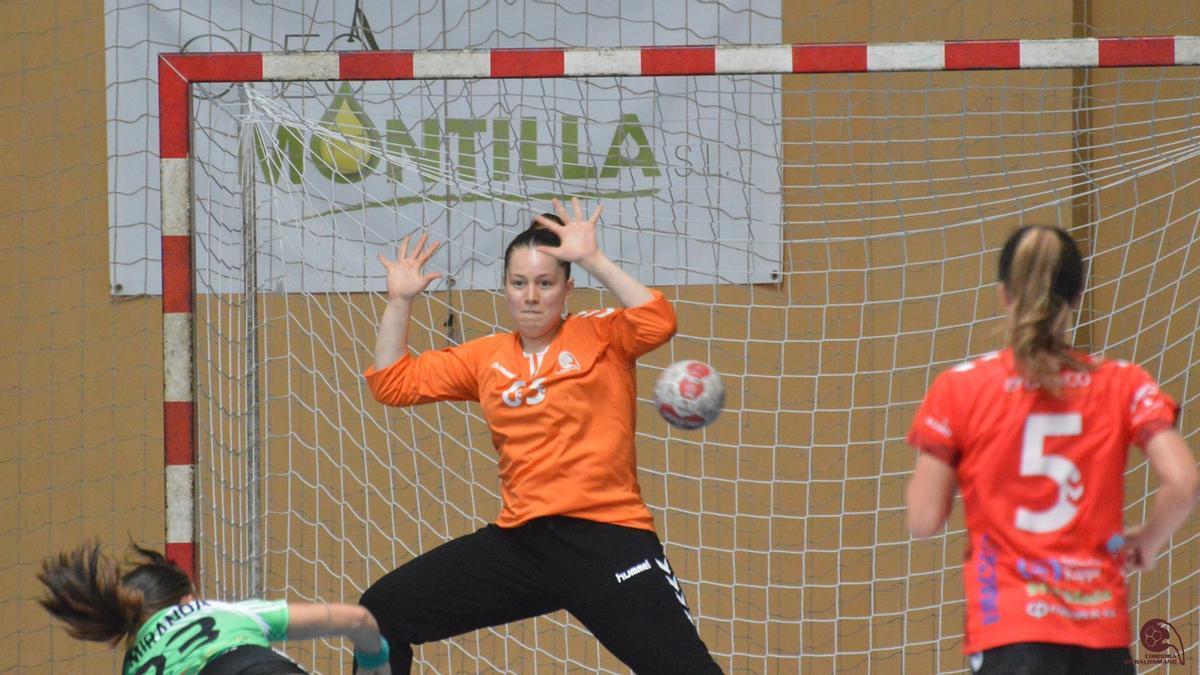 Claudia Álvarez en un lance de un partido