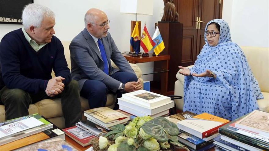 El presidente del Cabildo de Gran Canaria, Antonio Morales (c), y el consejero de Cooperación Institucional y Solidaridad Internacional, Carmelo Ramírez, junto a la delegada del Frente Polisario en España, Jira Boulahi.