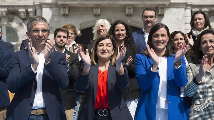 Buruaga, acompañada por César Díaz y Gema Igual, en la presentación de la candidatura del PP en Santander.