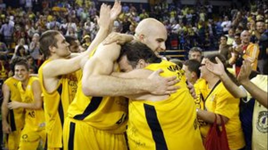 Los jugadores del Gran Canaria celebran la permanencia con la afición. (ACFI PRESS)