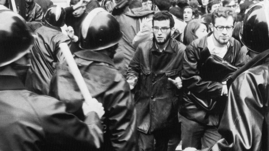Policías antidisturbios cargan contra una manifestación estudiantil en París el 6 de mayo de 1968.