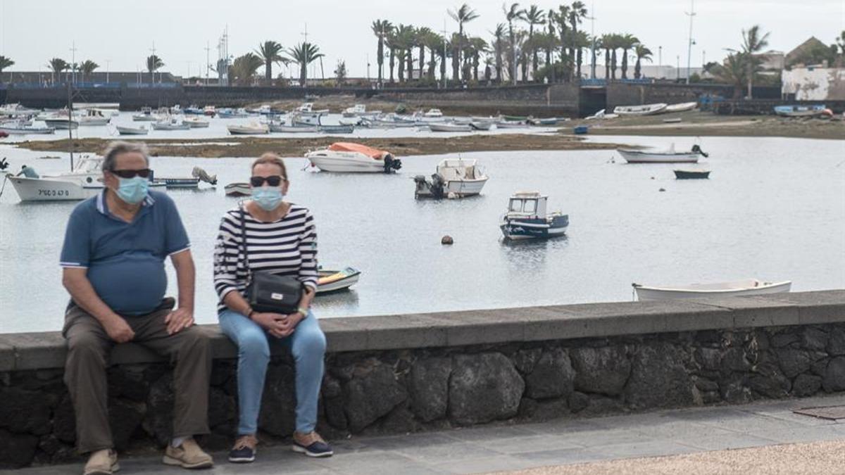 Una pareja con mascarilla en Lanzarote