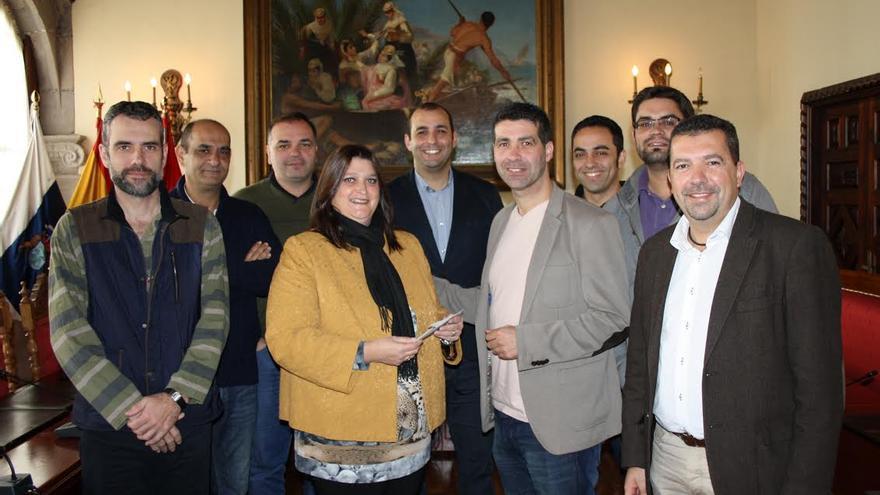 El alcalde (derecha) y la concejal de Bienestar Social e Igualdad de Oportunidades, con los miembros del grupo Los Benahoare.