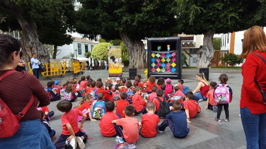 Alumnos de Primaria del  Centro de Educación de Infantil y Primaria (CEIP) Mariela Cáceres Pérez durante la función de títeres enmarcada en el proyecto 'Aprendiendo a prevenir en las emergencias de los incendios'.