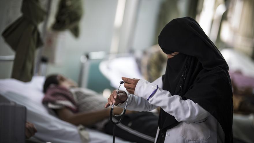 """Kawkab Al Sarafi trabaja como enfermera en la Sala de Emergencias del hospital universitario Al Kuwait en Sana desde hace un año. Desde que empezó su trabajo, no le pagaron un centavo. Kokab explica que vive lejos y tiene que caminar para ir al hospital ya que la mayor parte del tiempo no puede pagar por el transporte. Cuando no trabaja en el hospital, va al mercado del khat para intentar comprar grandes cantidades para revenderlo. """"Somos muy pobres, vivo con mi hermana y a veces no tenemos dinero para comprar comida"""", agrega. Es uno de los miles de trabajadores de la salud que no han sido pagados desde hace un año, cuando el gobierno dejó de pagar los salarios de los funcionarios."""