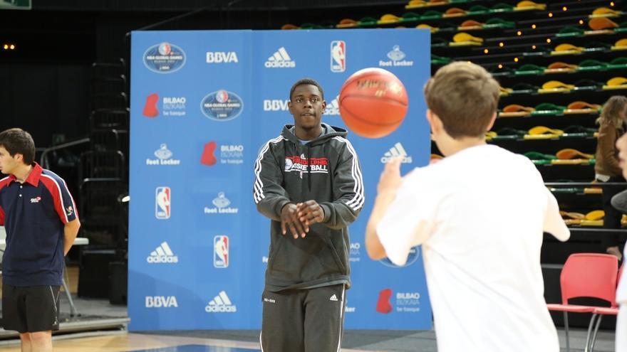 El jugador de la NBA Jrue Holiday imparte un clinic con 40 niños y niñas para promocionar el partido de octubre en BEC