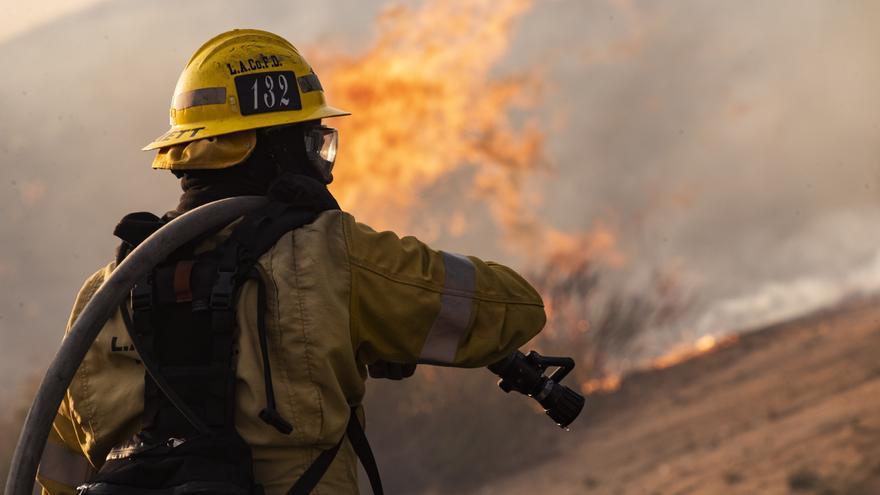 Casi 3.000 bomberos batallan el incendio más grande del año en California