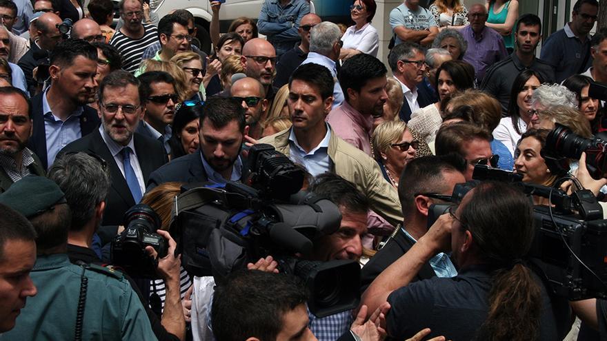 Una multitud de gente esperaba a Mariano Rajoy a su llegada a Alfafar