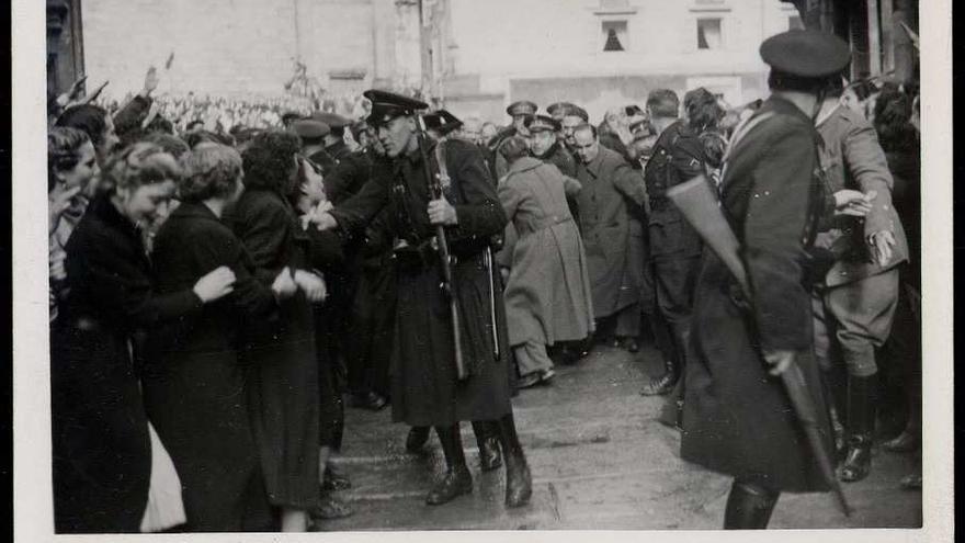 La comitiva de Franco se hace paso entre la multitud, el 5 de febrero de 1938