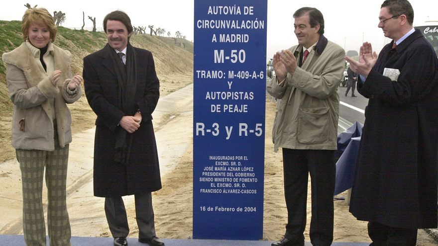 """Madrid, 16-02-04.- El presidente del Gobierno, José María Aznar (2i), junto a la presidenta de la Comunidad de Madrid, Esperanza Aguirre (i), el ministro de Fomento, Francisco Alvarez Cascos (2d), y el alcalde de Madrid, Alberto Ruiz-Gallardón (d), durante el acto de inauguración hoy de las nuevas autopistas radiales de peaje, R-3 (Madrid-Arganda del Rey), R-5 (Madrid-Navalcarnero) y el tramo oeste de la M-50 comprendido entre la A-5 y el enlace de Majadahonda, cuyas obras han tenido un coste total de 852 millones de euros y han sido realizadas por la empresa concesionaria """"Accesos de Madrid"""". EFE/Manuel H. de León"""