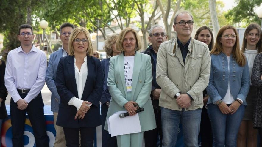 En el centro, Elia Verdevío, del PP, durante un acto de campaña
