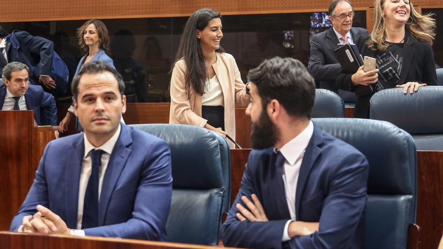 Ignacio Aguado y César Zafra en la Asamblea de Madrid, con Rocío Monasterio a su espalda. / EP