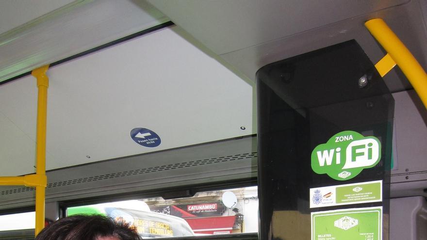 Los autobuses de Aucorsa incorporan por primera vez red WIFI gratuita y USB para cargar el móvil