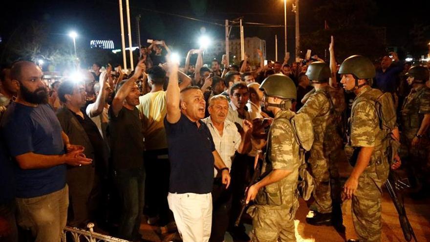 Los partidarios de Recep Tayyip Erdogan, gritan consignas en la plaza Taksim, en Estambul