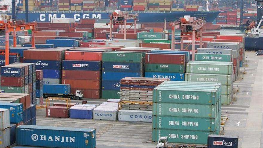 Las ventas minoristas y la producción industrial se ralentizan en China